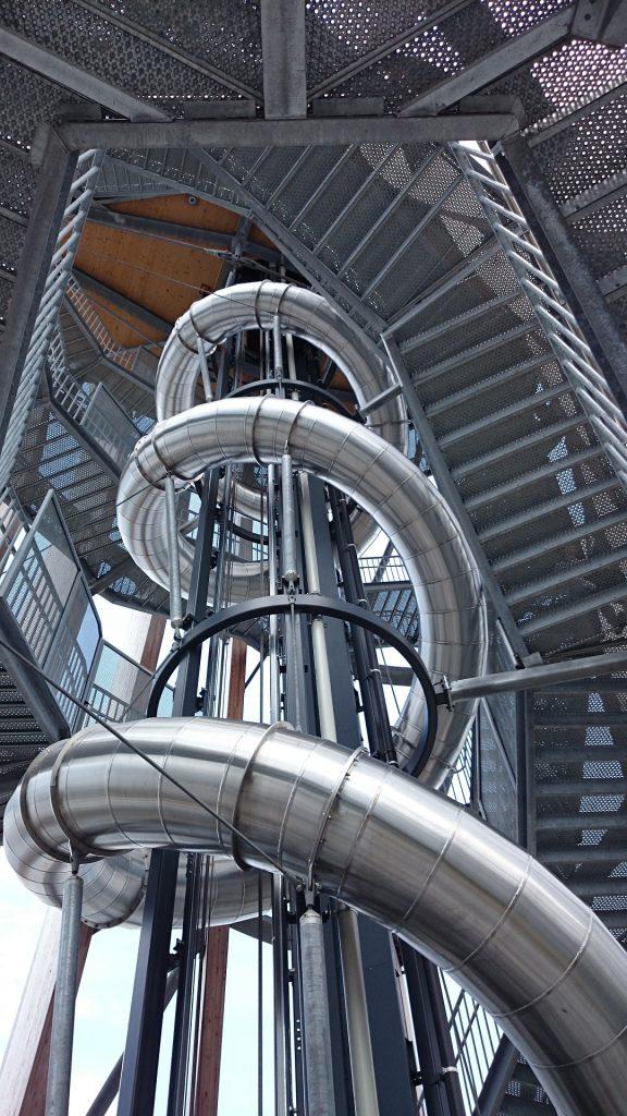 David Haderk machte Berufserfahrungen als Metallbauer der Fachrichtung Konstruktionstechnik und damit der Montage und Fertigung von Treppen, Toren und Fenstern