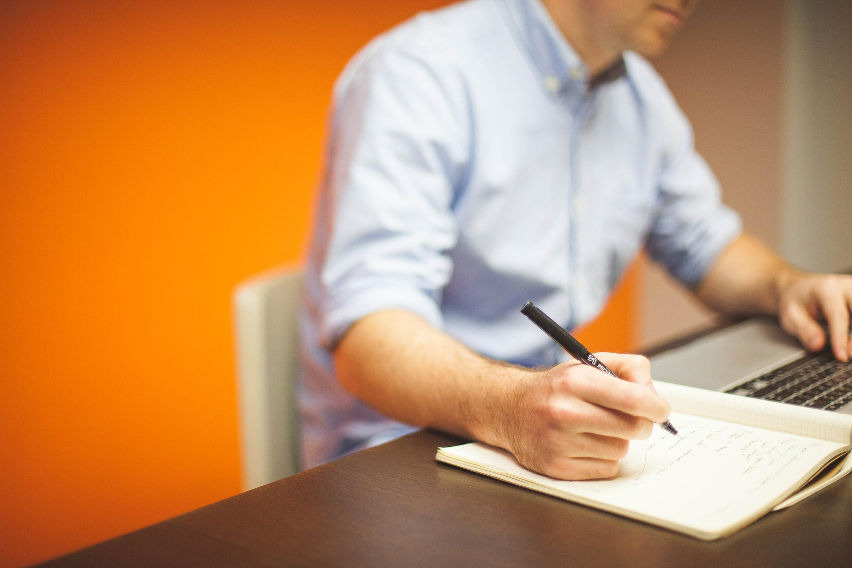 Nery Alaev am Schreibtisch